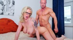 REIFE SWINGER – Amateur German porn with blonde cougar in her 40s with tattoos and glasses