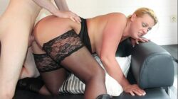 REIFE SWINGER – Curvy German blonde in stockings boned